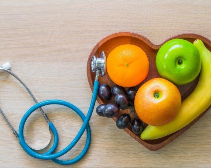 Allier Dietetique Et Nutrition : savoir allier les bons aliments pour prendre soin de sa santé et de son poids comme par exemple en mangeant des fruits (pomme, raisin, banane...)