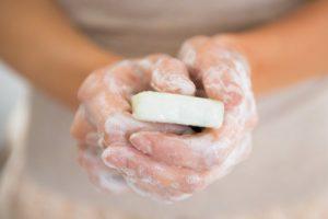 savon dans les mains