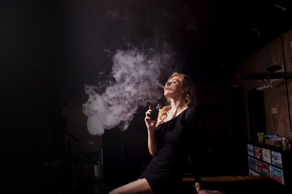cigarette electronique avec une fumeuse